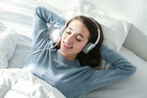 Dormir con auriculares: Cómo, beneficios, riesgos…