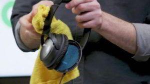 limpiando auriculares