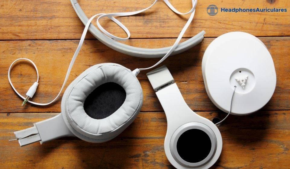 auriculares blancos rotos
