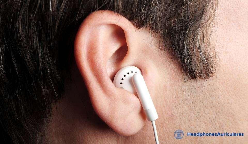hombre con auriculares en el oído