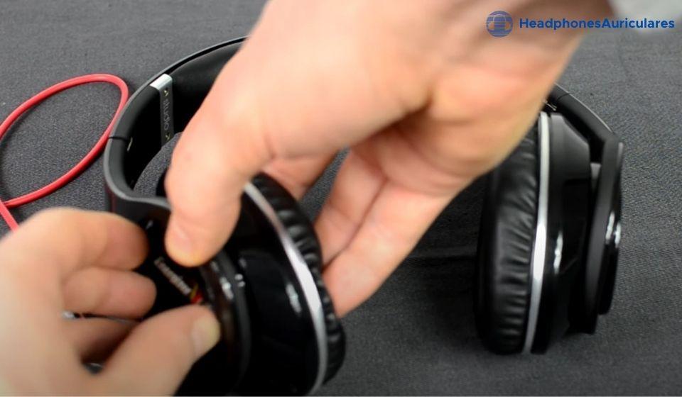 remueve el cable y la batería de los auriculares