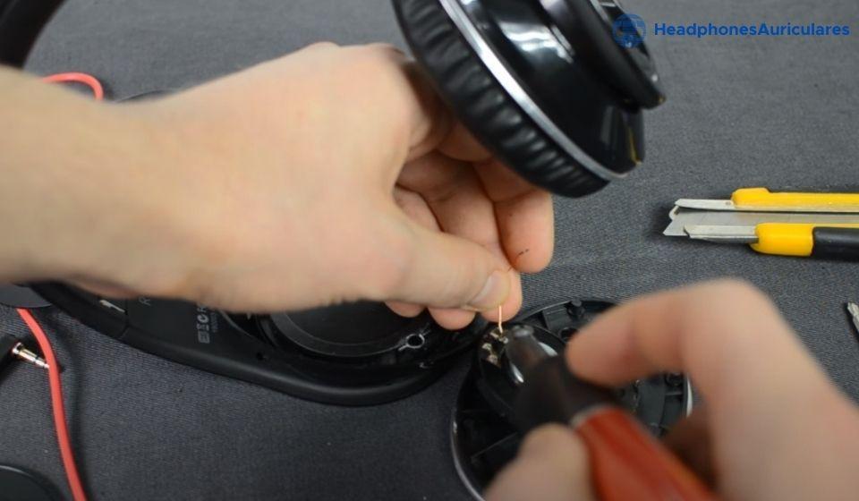 desconecta los cables del altavoz dañado de los auriculares